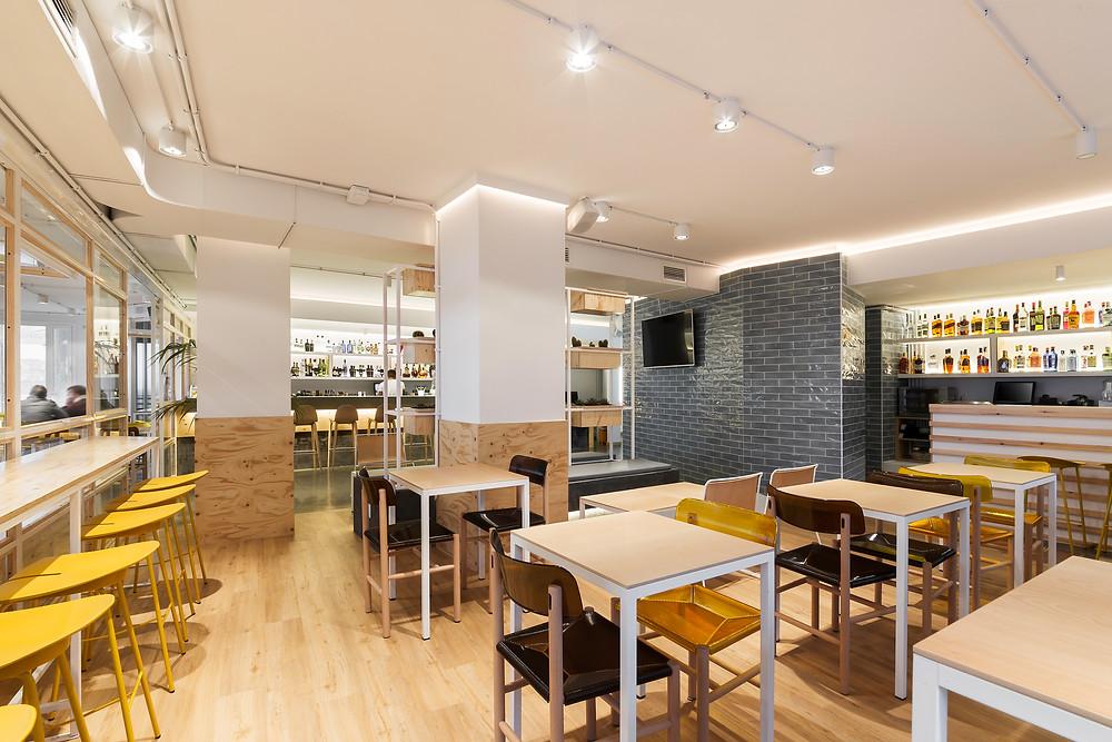 espaço aberto restaurante café iluminação Tromilux projetor saliente branco marca nacional zona de refeições