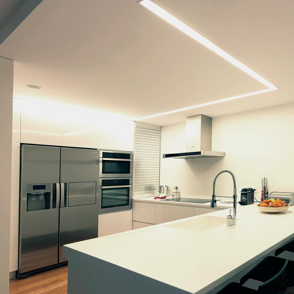 cozinha moderna branca com iluminação personalizada linha em led em forma de l marca tromilux fabricante nacional