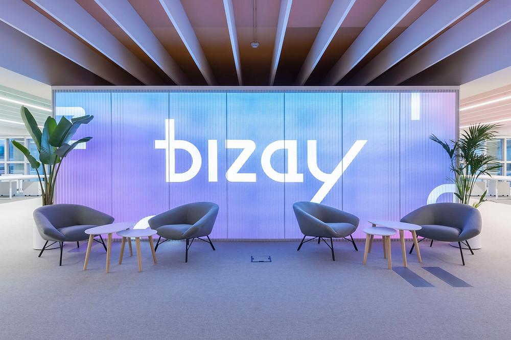 Iluminaçao Tromilux nos escritórios da Bizay em Lisboa projeto da Paralelo Zero arquitetura linhas continuas em led
