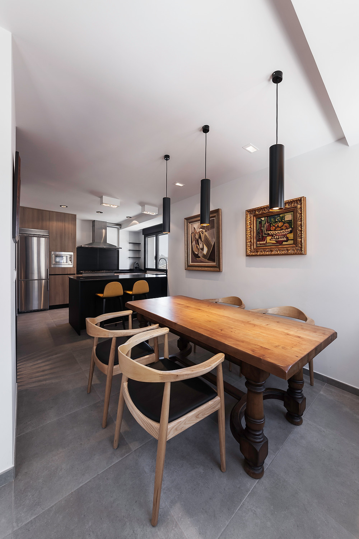 sala de jantar e cozinha open space moderna e bem decorada com iluminação de teto saliente e encastrada nacional
