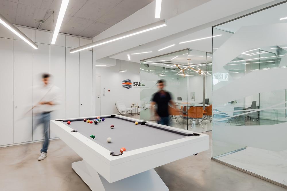 Escritórios de arquitetura da empresa Sabrab com iluminação Tromilux fabricante de iluminação nacional candeeiros suspensos e luminárias encastradas mesa de jogos bilhar snooker