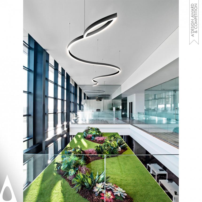 Ambiente de escritórios com luminária em forma de cobra com iluminação direta realizada pela Tromilux