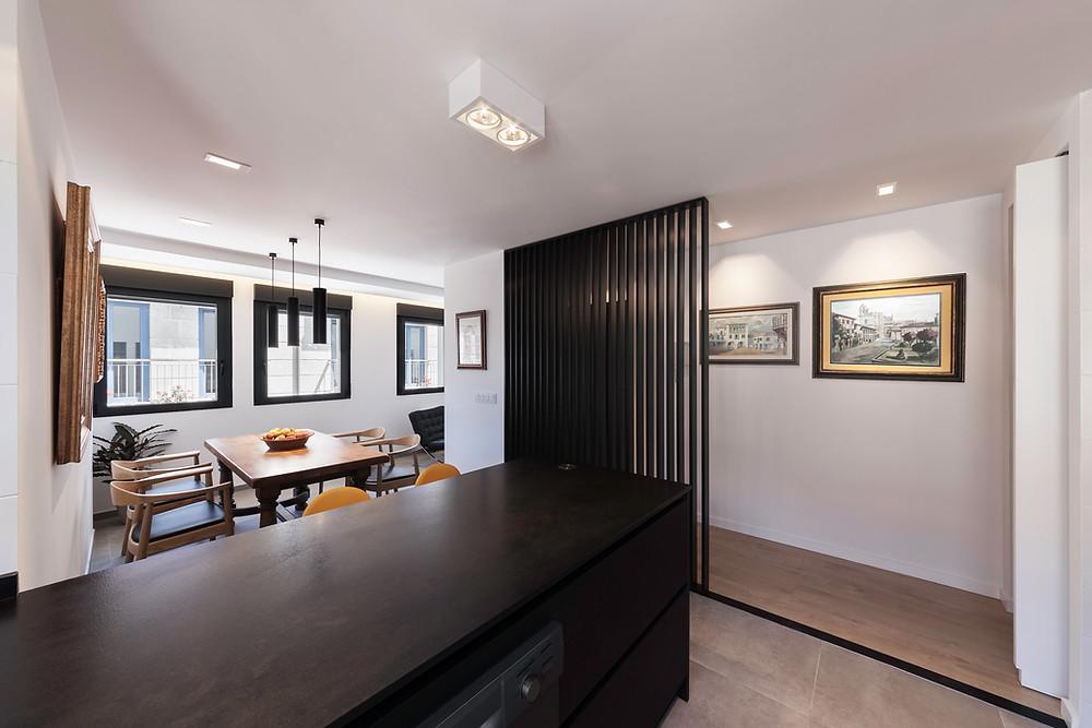 cozinha open space com sala de jantar moderna e bem decorada com iluminação de teto saliente e encastrada nacional