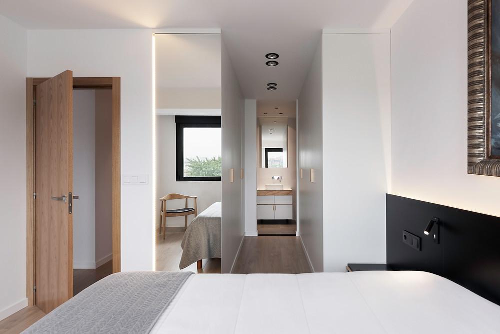 quarto com suite moderno e com iluminação tromilux spots de teto redondos encastrados corredor de passagem