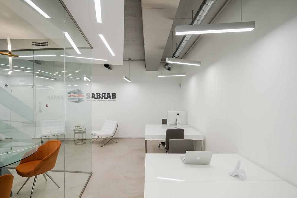 Escritórios de arquitetura da empresa Sabrab com iluminação Tromilux fabricante de iluminação nacional candeeiros suspensos e luminárias encastradas