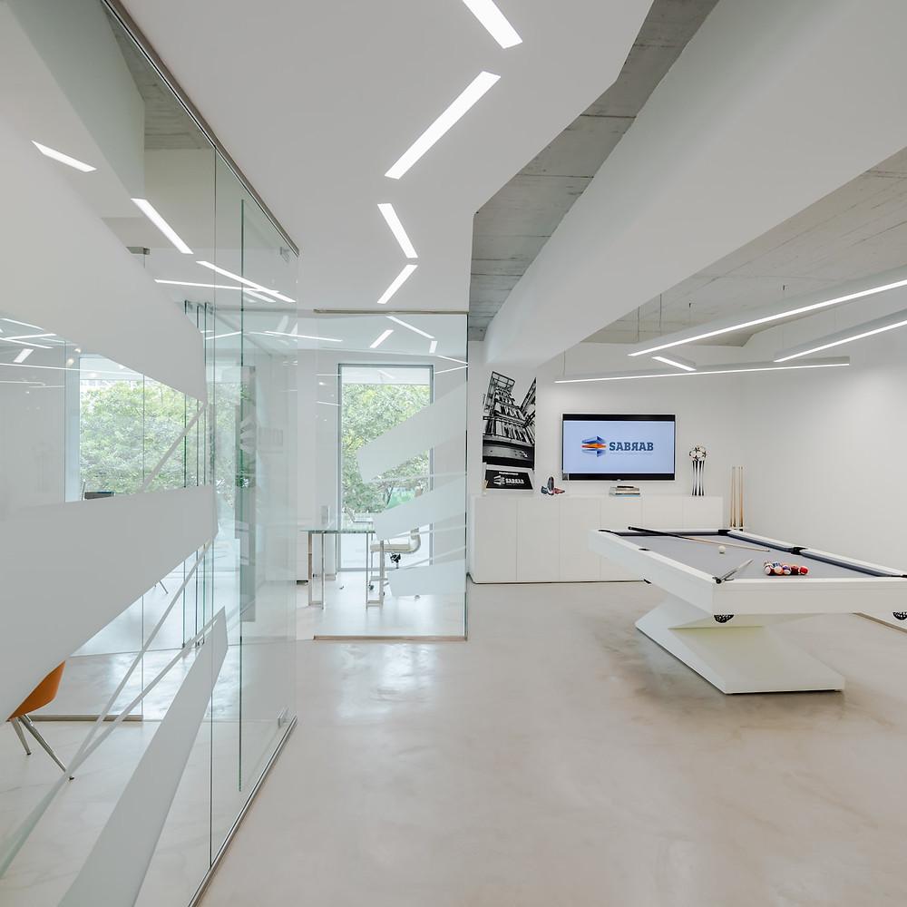 Escritórios de arquitetura da empresa Sabrab com iluminação Tromilux fabricante de iluminação nacional candeeiros suspensos e luminárias encastradas mesa de jogos e televisãoa