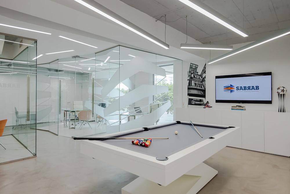 Escritórios de arquitetura da empresa Sabrab com iluminação Tromilux fabricante de iluminação nacional candeeiros suspensos e luminárias encastradas mesa de jogos bilhar snooker televisão