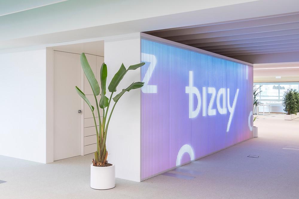 Iluminaçao Tromilux nos escritórios da Bizay em Lisboa projeto da Paralelo Zero arquitetura linhas continuas em led entrada