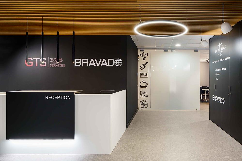 Iluminação Tromilux nos escritórios da Universal Music Spain Luminárias redondas candeeiros suspensos circulares fabricante português zona da receção