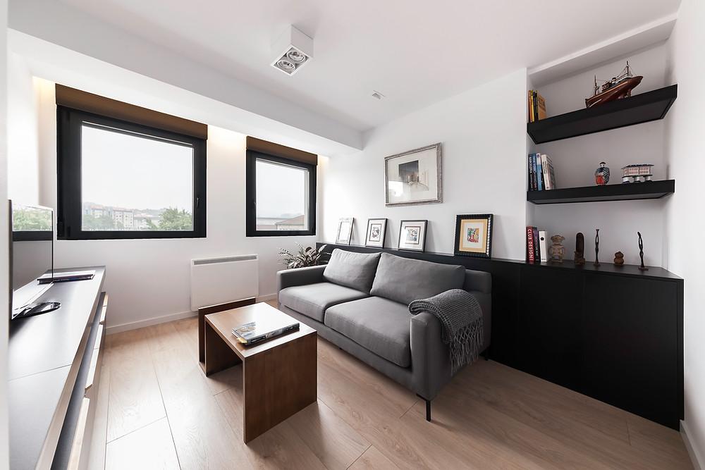 sala de estar moderna e bem decorada iluminação de teto saliente nacional