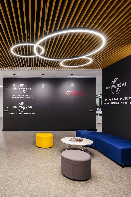 Iluminação Tromilux nos escritórios da Universal Music Spain Luminárias redondas candeeiros suspensos circulares fabricante português zona de espera