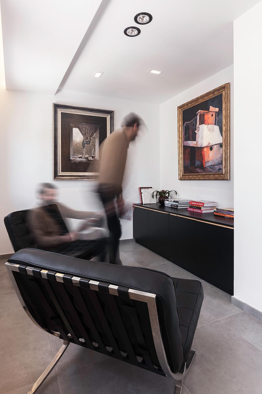 sala de estar moderna e com peças de arte com iluminação de teto encastrada projetores