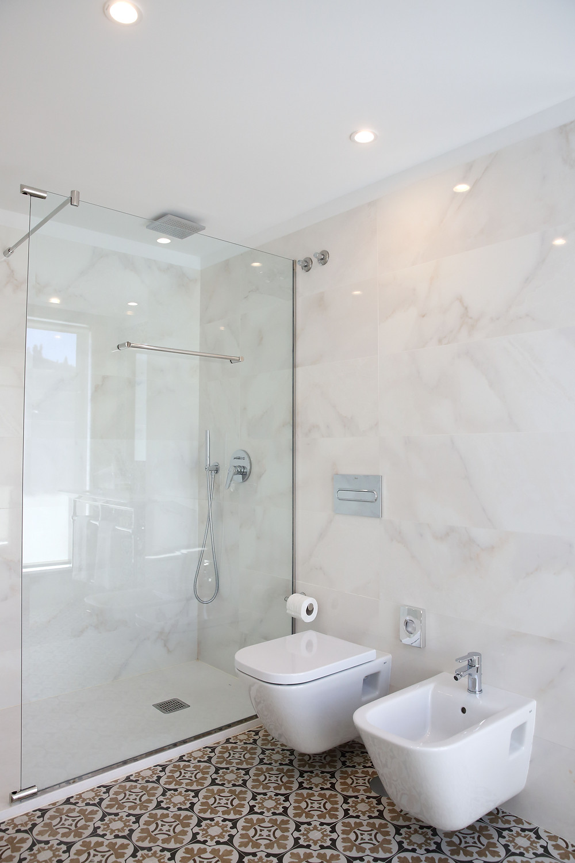casa de banho branca e elegante clariadade iluminação tromilix focos encastrados brancoIP65