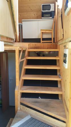 ap. E vlastní vchod, zábrana schodů otevřená.jpg