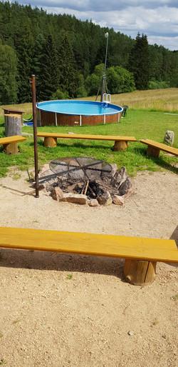 ohniště s grilem a bazén