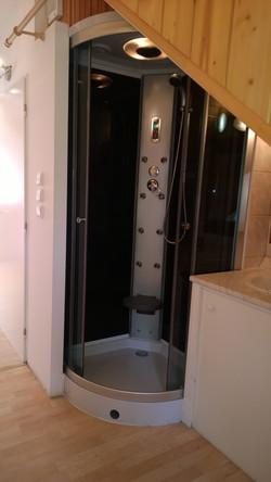 ap._B_sprchovací_box_a_dveře_na_záchod