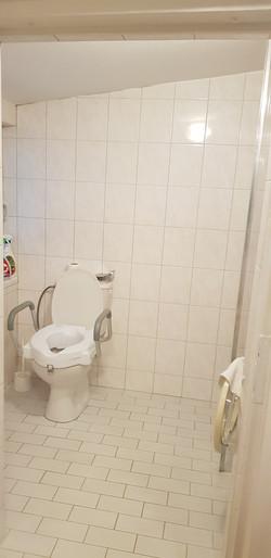4. záchod se sprchou pro vozíčkáře