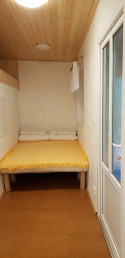 malá ložnice vedle společenské místnosti