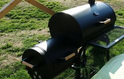 gril na dřevo nebo dřevěné uhlí