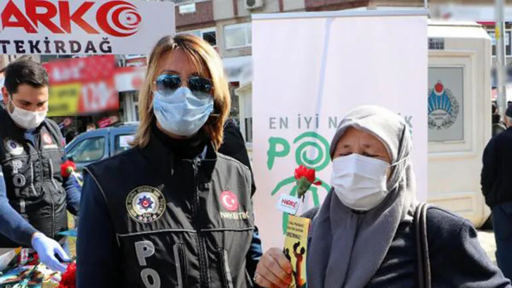 Tekirdağ'da polis ekipleri kadınlara çiçek dağıttı