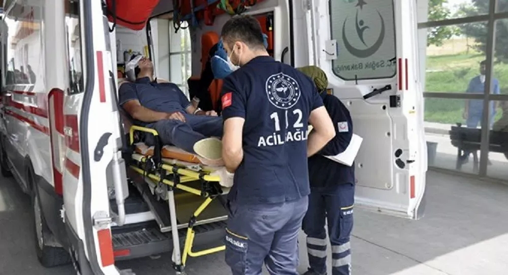 ambulans ve kulağı kopuk adam