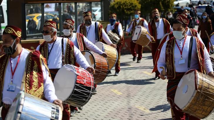 Ramazan davulcuları sokakları gezdi, maniler okudu