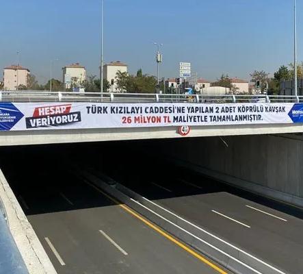 Mansur Yavaş, Köprülü kavşakların maliyetini pankartla duyurdu