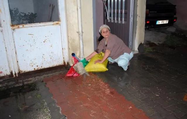 Basınca dayanamayan boru patladı, fışkıran su yaşlı kadını isyan ettirdi
