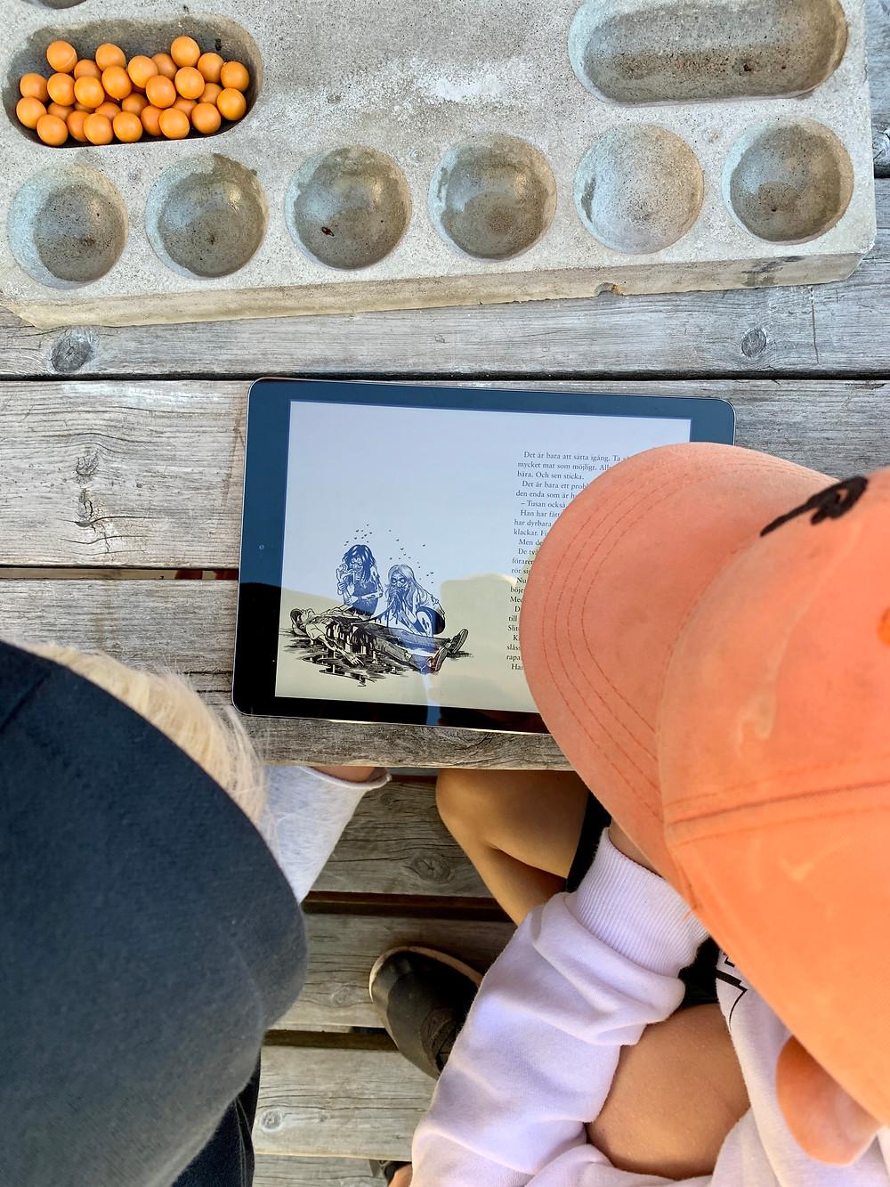 Barn som läser med Ugglo på iPad