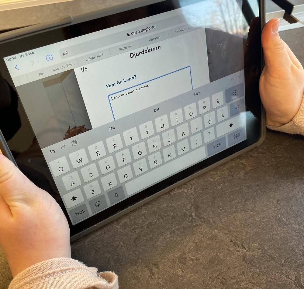 Elev jobbar med läsförståelse i Ugglo