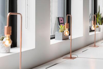 Designertisch und Lampen