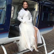 Braut-sitzt-im-offenen-Heli