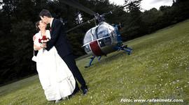 Kuss vor dem Hubschrauber