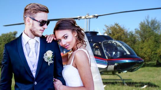 Junges Brautpaar vor Hubschrauber