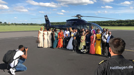 Hochzeitsgruppe-am-Hubschrauber