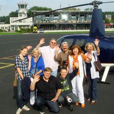 Passagiere-vor-Hubschrauber.jpg