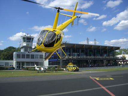 R44-Gelb-Start-vor-Restaurant.jpg