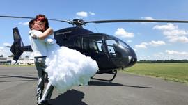 Brautpaar-glücklich-vor-Hubschrauber