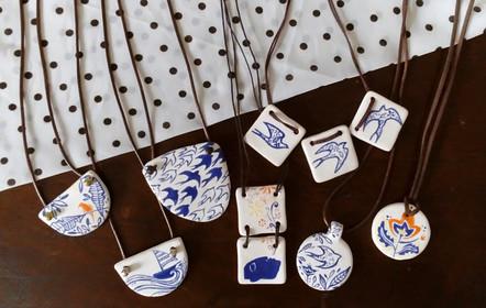 Colares de cerâmica