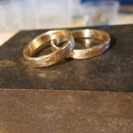 Håndlagede gifteringer i gult gull