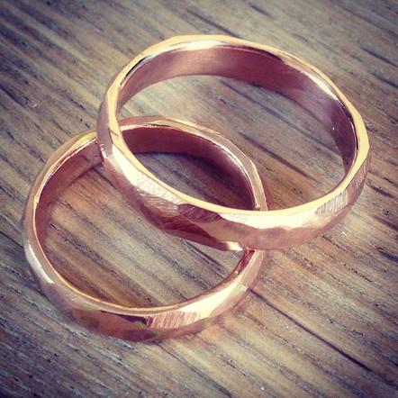Håndlagede gifteringer i rosegull