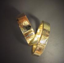 Håndlagede gifteringer i gult gull. Laget av gammelt gull som er smeltet om.