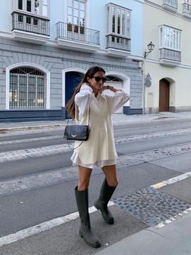 Chaleco y camisa blanca, la combinación estrella