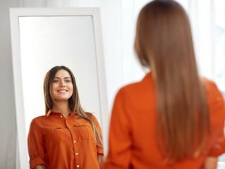 鏡の中の自分をにらんでませんか?