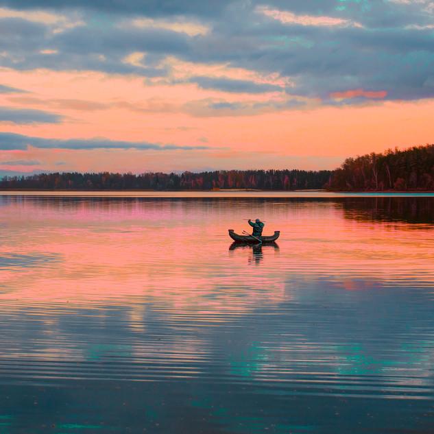 🌅 Река ласкает горизонт лобзанием, 🌌 Выплескивая нежность небесам.