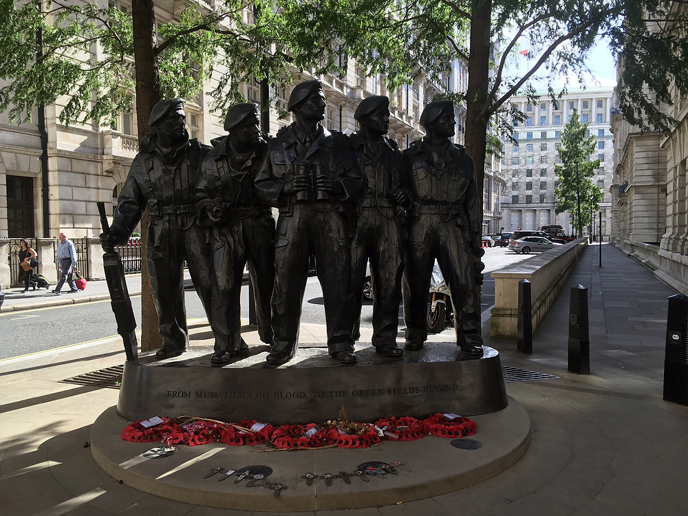 会場のそばに立っている、英国軍兵士を称える銅像