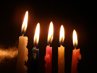 נרות דולקים בחנוכיה