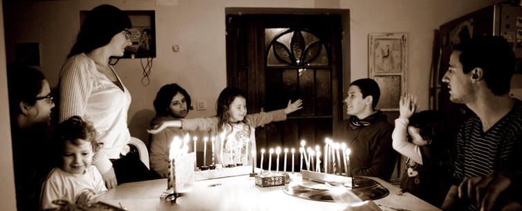 הדלקת נרות חנוכה במשפחה