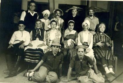 ילדים ומורה מחופשים - ארכיון מושב צפית