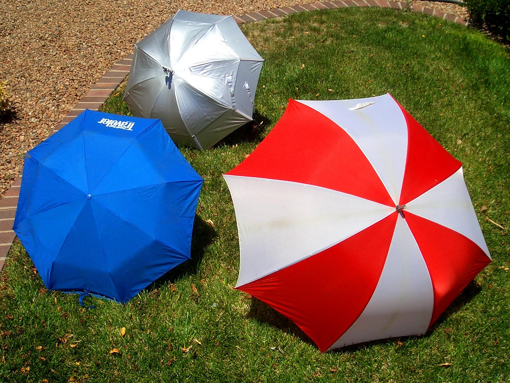 ActiveMSers testing various umbrellas for cooling effect for people with multiple sclerosis